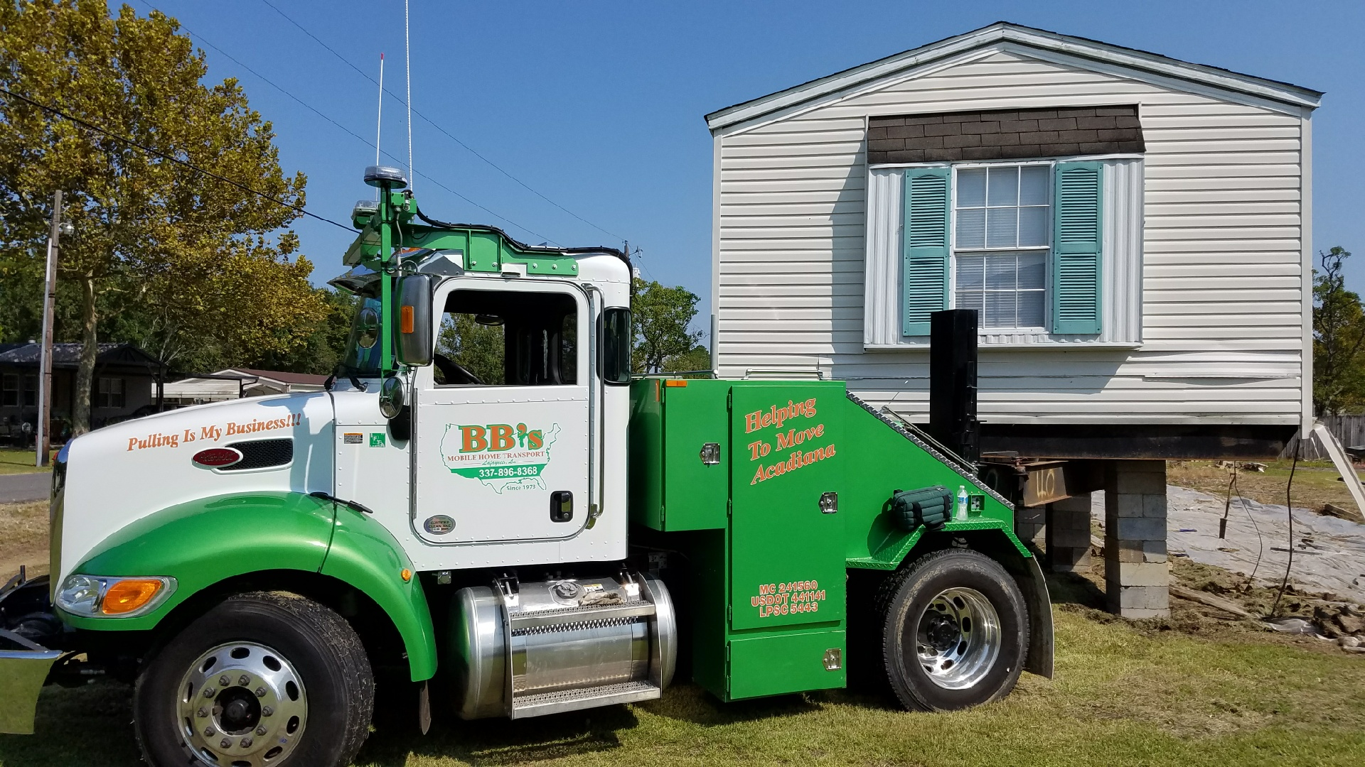Peterbilt hooked to mobile home